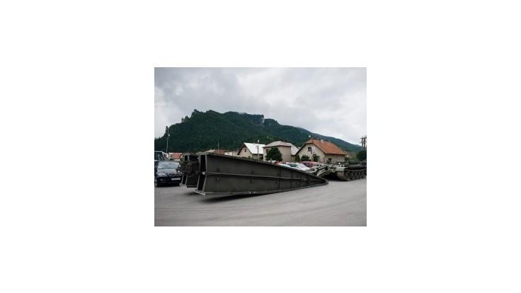 Na zničenej ceste do Vrátnej doliny postavia vojaci mostovku