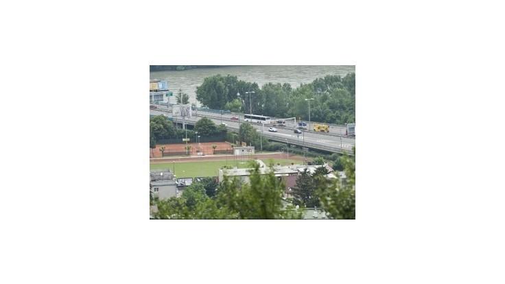 Na zjazde z mosta Lafranconi sa zrazili dva kamióny a osobné auto