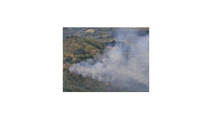 V Taliansku sa zrazili dve stíhačky, spôsobili lesný požiar