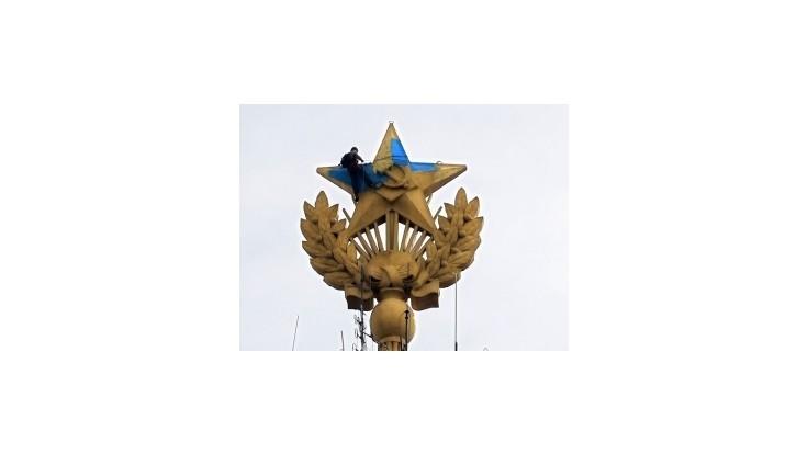 Na moskovskom mrakodrape vztýčili ukrajinskú vlajku