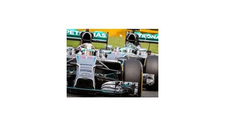 Mercedes potrestal Rosberga za kolíziu s Hamiltonom