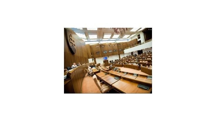 Paška zamkol brány parlamentu verejnosti i poslancom