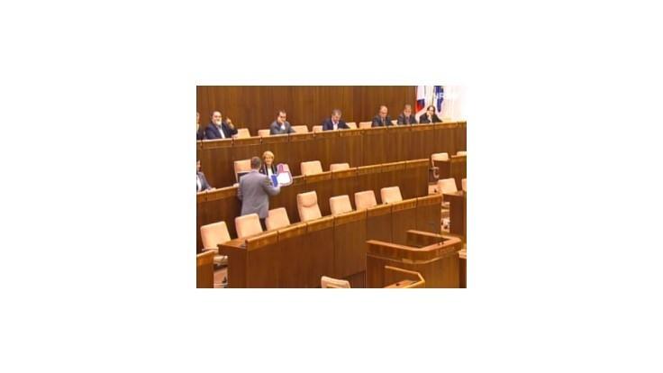 Poliačik dal Laššákovej hlasovaciu rukavicu