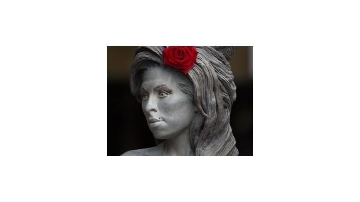 Amy Winehouse by mala 31 rokov, odhalili jej sochu