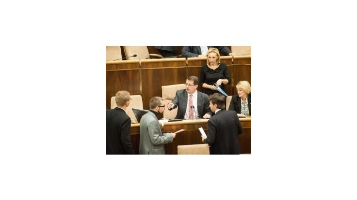 Opozícia odovzdala podpisy na zvolanie mimoriadnej schôdze