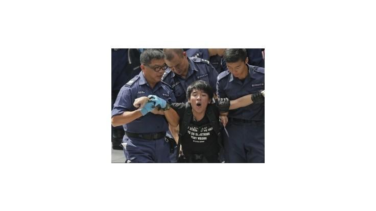 Protesty v Hongkongu ovplyvnili burzu a kurz dolára, banky zatvorili pobočky