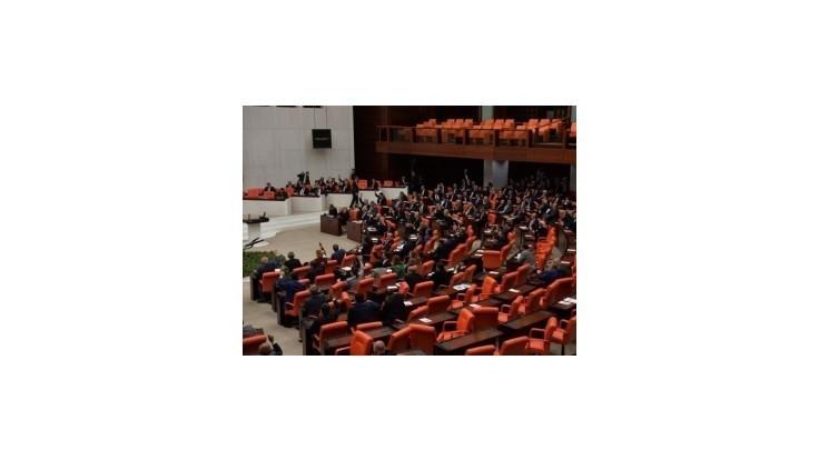 Turci schválili prípadné vojenské zásahy v Iraku a Sýrii
