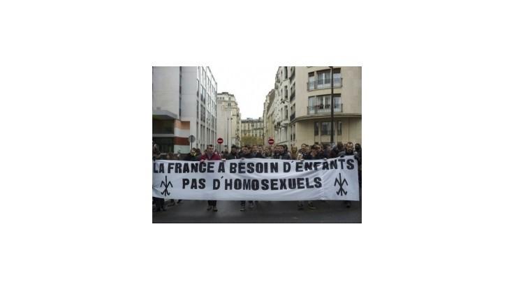 Tisíce Francúzov protestovali proti umelému oplodneniu pre lesbické páry