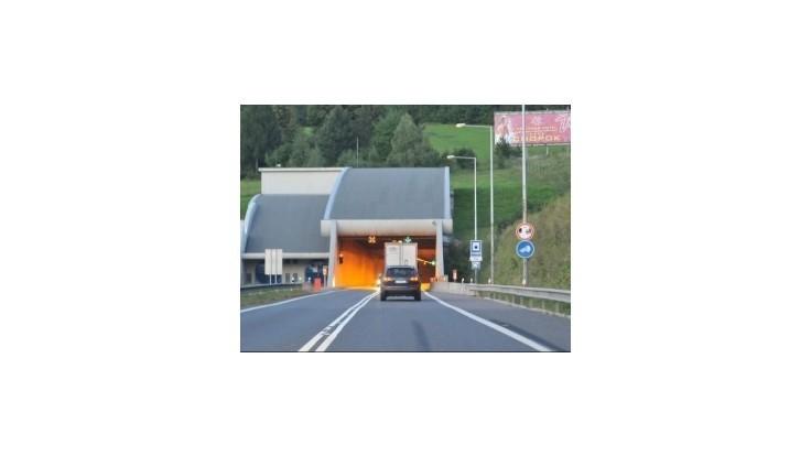 Pred tunelom Branisko sa zrazil autobus s autom, zranilo sa päť ľudí