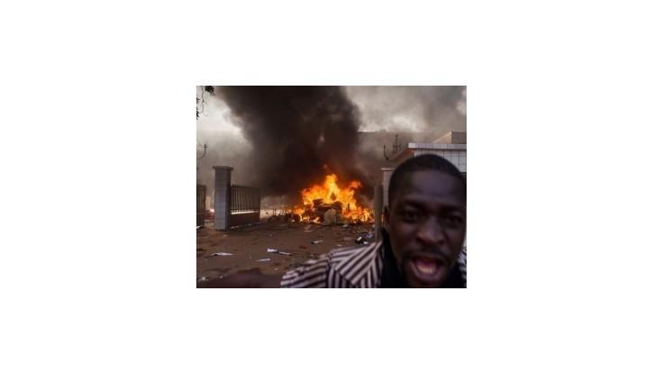 Prezident Burkiny Faso vyhlásil výnimočný stav, žiada ukončiť protesty