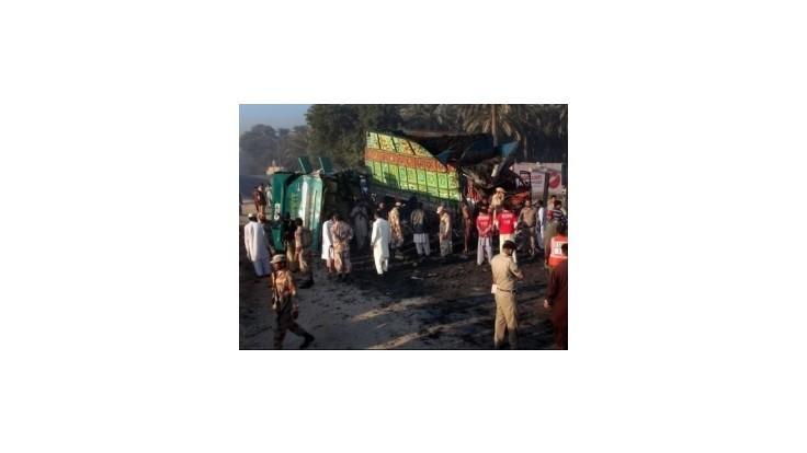 Stret autobusu a nákladiaku si v Pakistane vyžiadal desiatky obetí