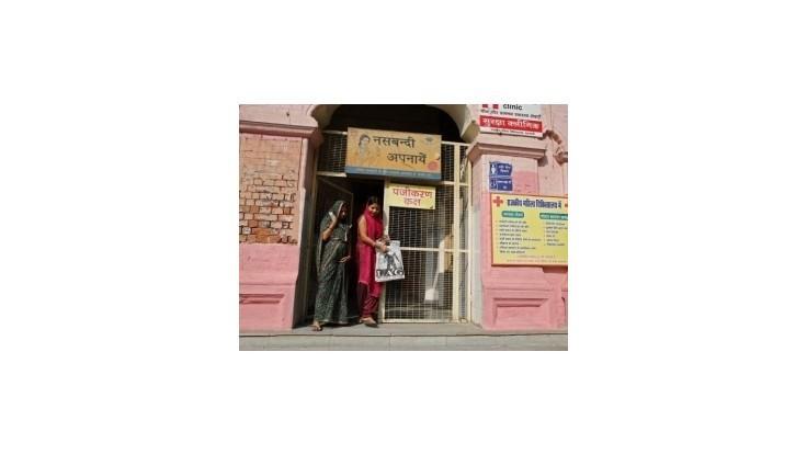 V prípade úmrtí sterilizovaných Indiek zatkli lekára