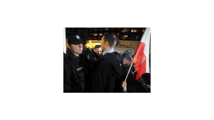 Do budovy poľskej volebnej komisie vtrhli demonštranti