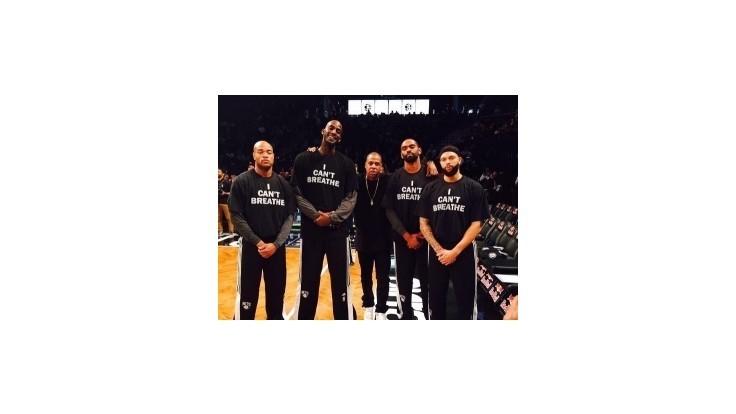 Hráči NBA tričkami podporili protesty voči policajným zásahom