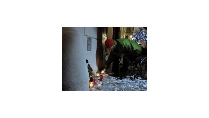 Pred francúzskym veľvyslanectvom v Bratislave zapaľovali ľudia sviečky