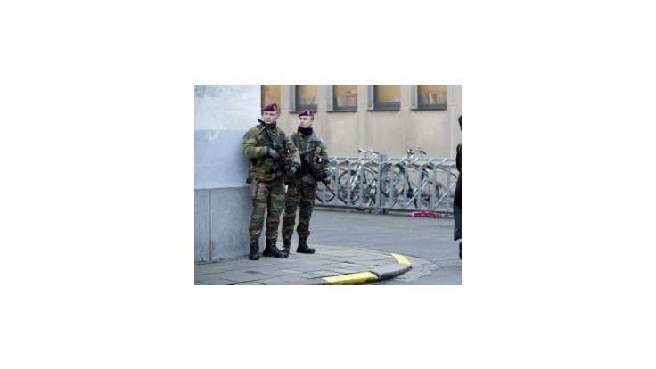 Belgicko nasadilo po protiteroristických raziách do ulíc 300 vojakov