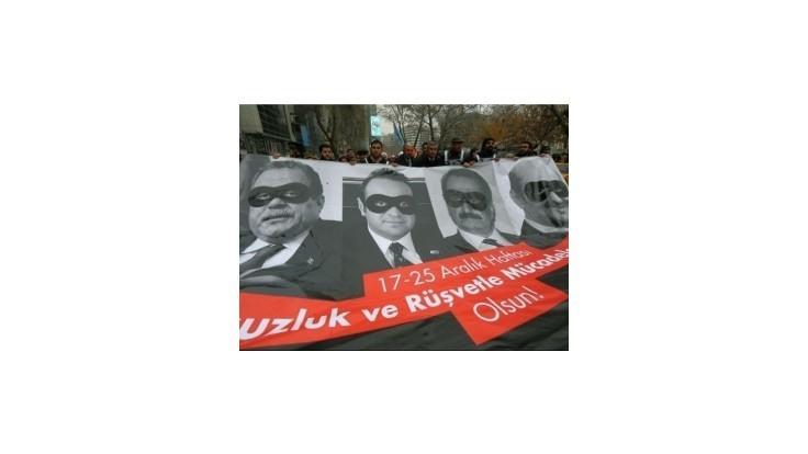Tureckých exministrov obvinených z korupcie neposlal pred súd ani parlament