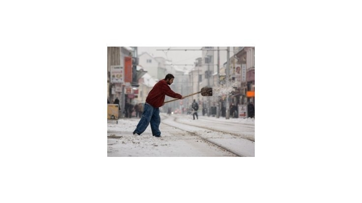 Sneženie v Bratislave ochromilo dopravu, autobusy meškali aj desiatky minút