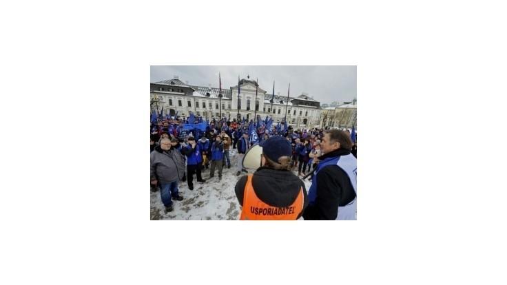Odborári pred parlamentom lobovali za novelu Zákonníka práce