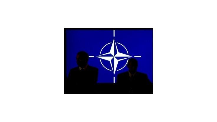 NATO sa môže rozštiepiť na dve polovice, varoval odchádzajúci šéf Pentagónu