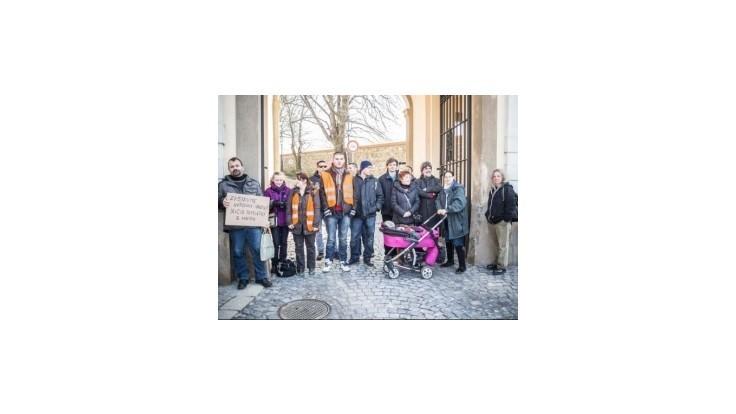 Aktivisti protestovali pred parlamentom proti výstavbe garáží na Hrade