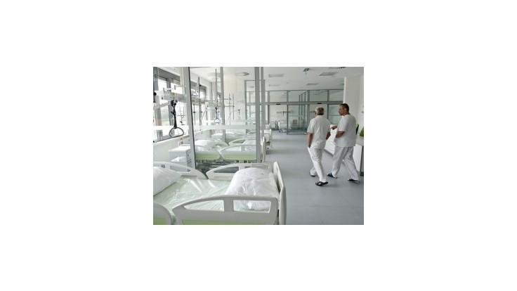 Nemocnice sa pripravujú na možné hromadné prepúšťanie a rušenie lôžok