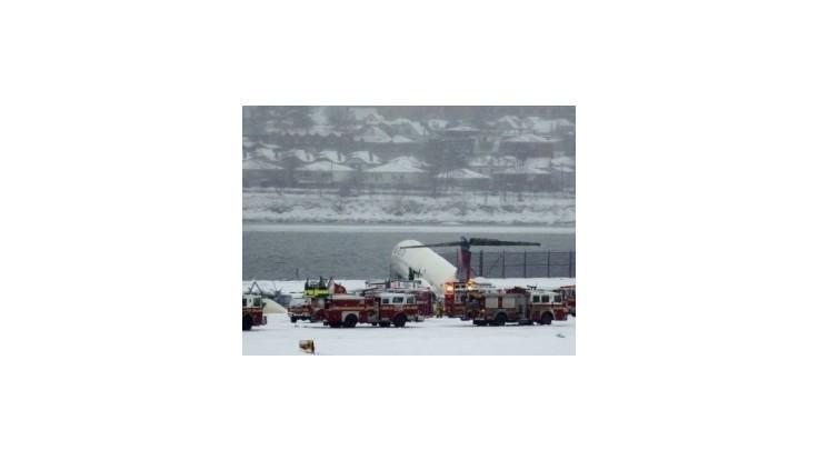 Po nehode lietadla uzavreli newyorské letisko LaGuardia