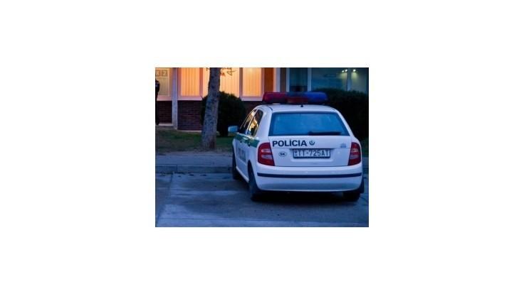 Zlodej chcel v Petržalke utiecť z policajnej stanice, skočil policajtom na auto