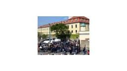 Vstupnú bránu do areálu Bratislavského hradu zakryli čiernym súknom