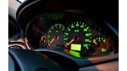 Nový zákon klepne po prstoch podvodníkom, ktorí na autách stáčajú kilometre