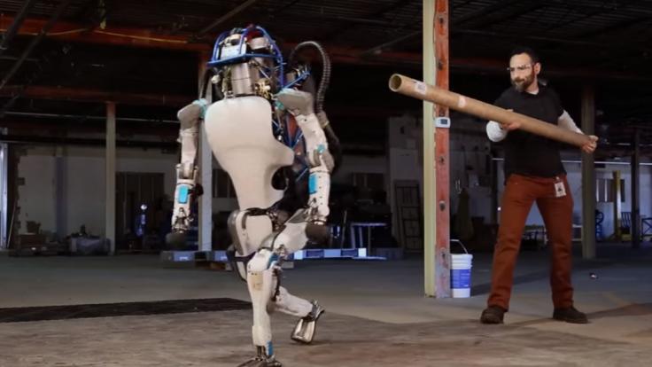 Predstavili znepokojivo reálneho robota. Atlas úspešne čelí aj šikane