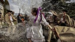 K Veľkonočnému pondelku už tradične patrí veľa vody s korbáčom a kraslicami