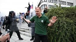 Extrémistovi Mišúnovi zrušili trest za spálenie európskej vlajky