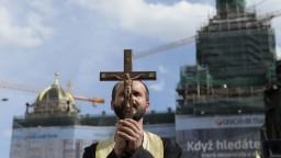 V Prahe čistili chodníky exorcizmom, boli vraj infikované homosexuálmi