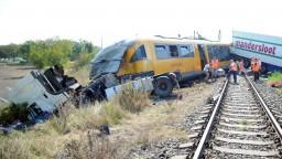 Zrážka kamióna s vlakom vyjde draho, škody počítajú v miliónoch