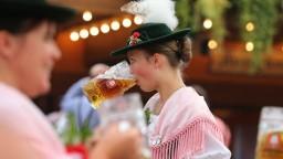 Pozrite si, ako futbalisti Bayernu oslavovali na Oktoberfeste