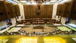 Transparenty z pléna zmiznú, poslanci a ministri dostanú časové limity