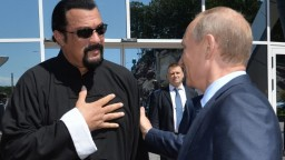 Z herca Stevena Seagala je Rus. Putin mu udelil občianstvo