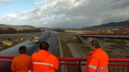 Na stavbe diaľnice D3 odhalili ďalšie prípady nelegálnej práce