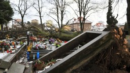Národný cintorín zasiahla veterná smršť, poškodila hroby osobností