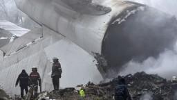 Nákladné lietadlo sa zrútilo na dedinu, zahynuli desiatky ľudí