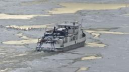 Lodná doprava na Dunaji je zastavená, posádky ohrozoval padajúci ľad