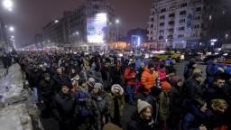 V Rumunsku protestujú proti vláde, prezident chce vypísať referendum