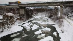 Pri Brezne vynášajú ľad z riečky, predchádzajú možnej povodni