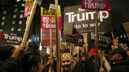 Mayová odmieta zrušiť Trumpovu návštevu, Briti spísali petíciu