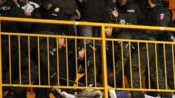 Na hokejovom štadióne tiekla krv, o fiasko sa postarali výtržníci