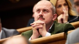 Kotlebovcov vykázali z rokovacej sály parlamentu, môžu prísť o plat