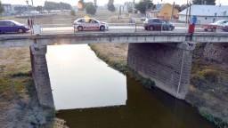 Koryto rieky Laborec rozširujú, voda sa nemá dostať k železnici