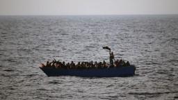 Kým lídri EÚ rokovali o migrantoch, pobrežná stráž ich zachraňovala