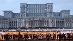 Rumunská vláda stiahla sporné nariadenie, občania však ďalej protestujú
